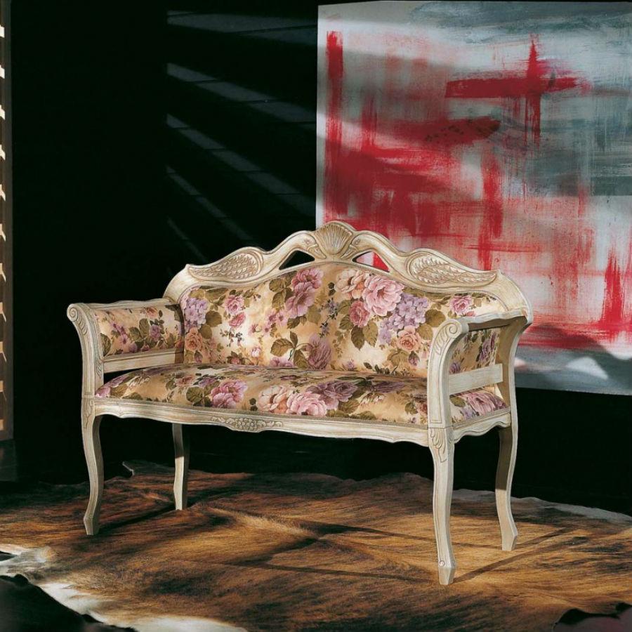 Bancuta alb antichizat cu cadru brate si spatar din lemn masiv decorat manual si tapiterie florala pe fond crem MBA002