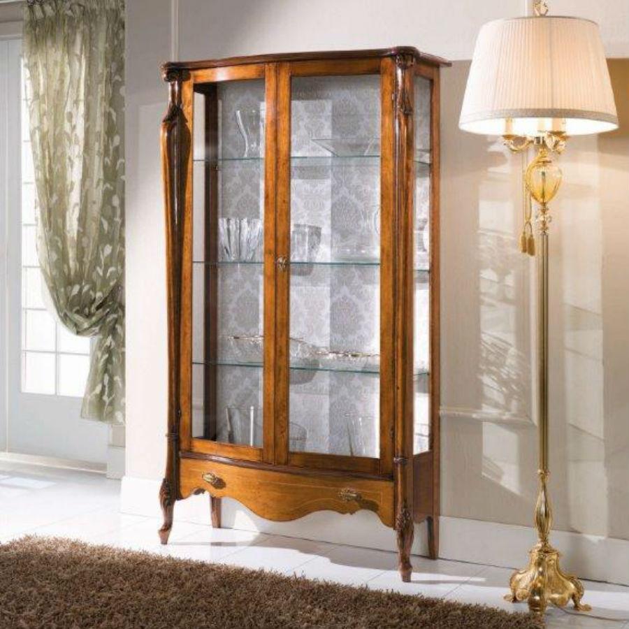 Vitrina din lemn de cires cu 2 usi cadru din lemn iar geamul si politele din stilca si sertar dispus central MVI002