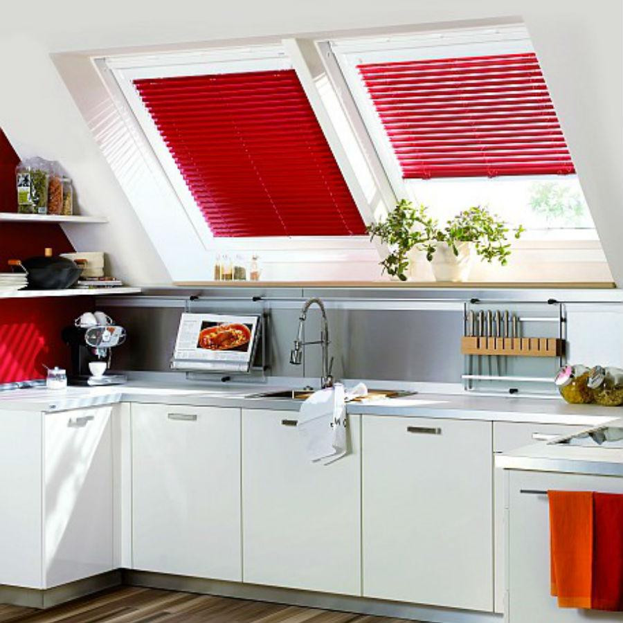 Jaluzele orizontale 16mm culoare rosie montate in tamplarie cu ghidaj fixare geam inclinat JOR001