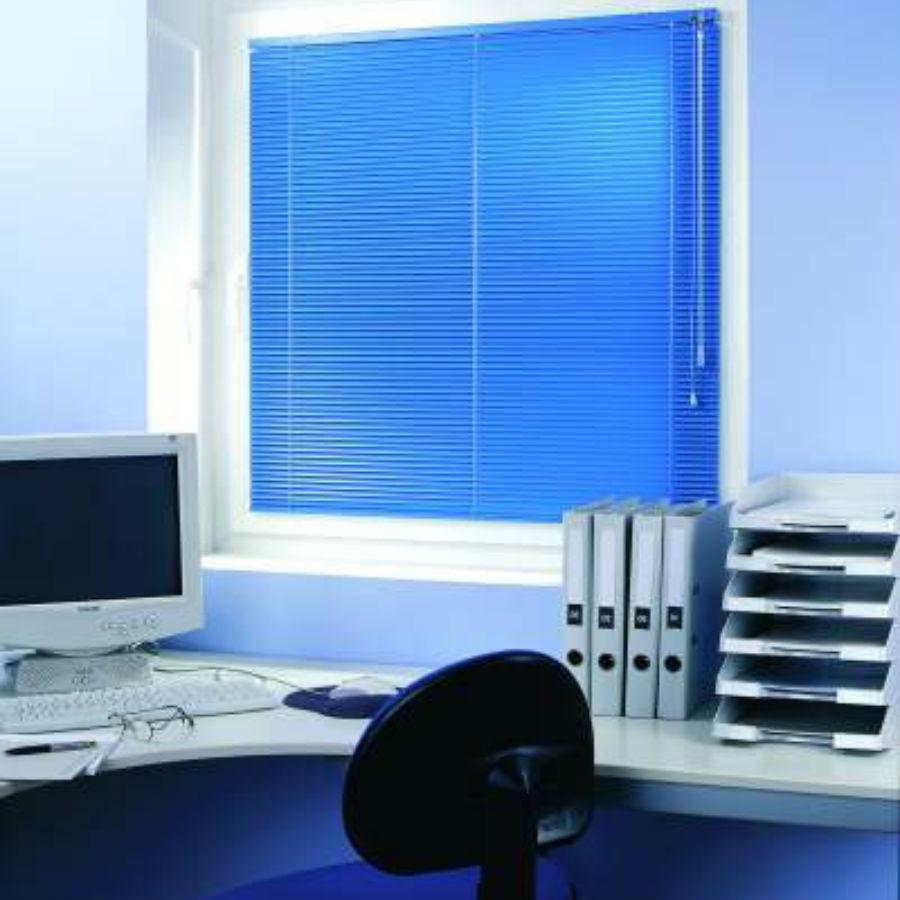 Jaluzele orizontale 25mm culoare albastru metalizat montat pe tamplarie JOR005